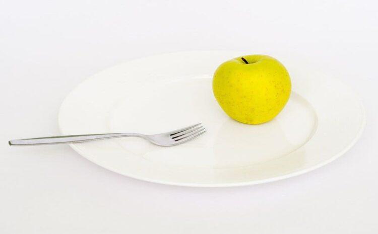 अगर मैं अपना वजन कम करना चाहता हूं तो क्या हमें पूरे दिन कम खाना खाना चाहिए?